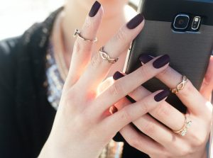 femme tenant un portable